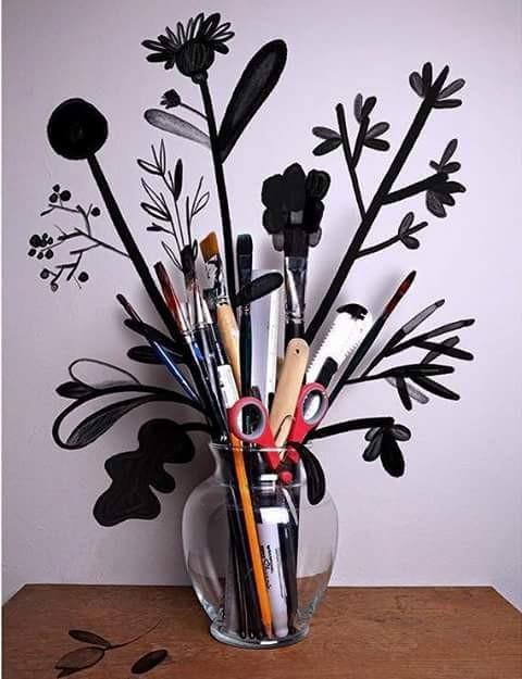Boleh juga ya ini pulsker diterapkan untuk hiasan dinding biar gak monoton. Selama ini sih yang banyak bunga, tapi kalau vas bunganya diisi pakai pensil dan alat tulis lainnya keren juga ya.