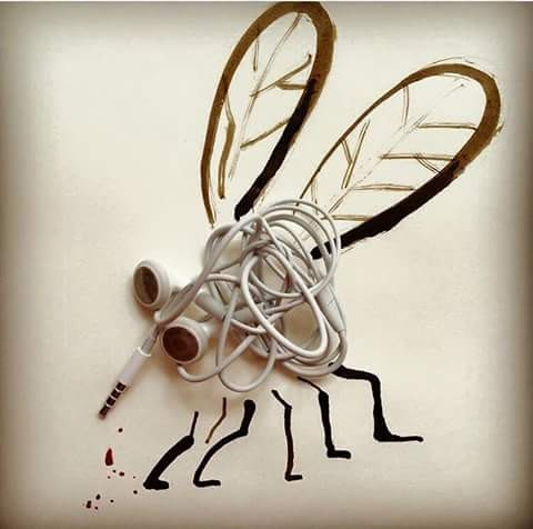 Ternyata headset yang sering melilit kalau kita kreatif juga bisa jadi karya seni yang unik lho. Ini dia buktinya, malah jadi seperti lebah nih pulsker.