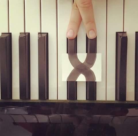 Waduh, ini kenapa tuts pianonya jadi begini ya?. Ini cuma kerjaan orang iseng saja pulsker yang buat seperti ini. Bingung kan jadinya.