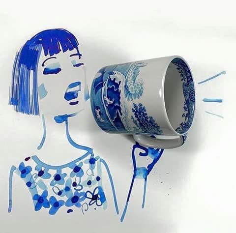 Mug yang awalnya biasa saja kini juga menjadi karya seni yang unik nih pulsker. Cuma digambar dengan gambar orang jadilah lucu begini.