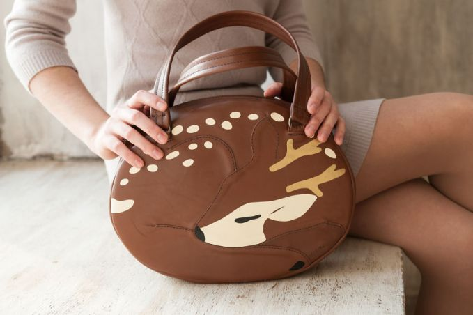 Tas berbentuk rusa yang sedang tidur.