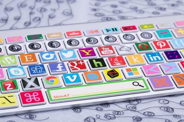 Tema stiker keyboard ini juga gak kalah kerennya nih pulsker. Tiap tombolnya menggambarkan media sosial dan segala sesuatu yang ada dalam dunia internet. Terutama yang sering dikunjungi dan digunakan oleh para netizen.