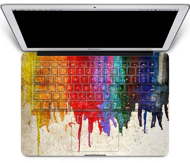 Waduh, nih laptop kenapa ya kok bisa ketumpahan cat begitu?. Bukan pulsker, ini hanya stiker biasa yang dipasang di keyboard. Keren ya temanya.