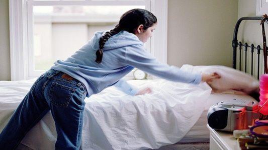 Yang kedua adalah membereskan tempat tidur. Kalian pasti bertanya-tanya, kok bisa ya?. Nah, ini terjadi karena orang yang membereskan tempat tidur berpengaruh pada aktivitas lainnya. Badan akan semakin gerak, dan akhirnya berujung pada pola makan kita dan hidup sehat yang kita jalani.
