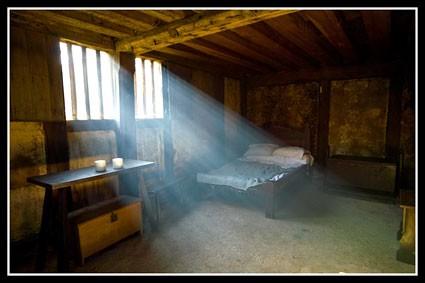 Ketiga adalah kamar yang kurang mendapatkan sinar matahari. Kamar yang baik adalah kamar yang ada jendela agar sinar matahari bisa masuk. Berdasarkan penelitian menunjukkan, orang yang terkena sinar matahari ketika bangun tidur memiliki tingkat keberhasilan menurunkan berat badan. Ini karena sinar matahari membuat tubuh menyesuaikan jam biologis, termasuk metabolisme tubuh. Begitu pulsker.