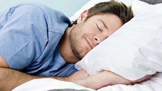 Tersentak ketika tidur Hal ini mengacu pada perasaan aneh ketika tertidur. Kita akan merasa melayang dan tersentak seperti terkena sengatan listrik. Pada saat ini, semua otot kejang begitu kuat dan kita akan merasa hampir jatuh dari tempat tidur. Setelah itu kita akan langsung kaget dan terbangun. Ketika otot-otot kita rileks ketika kita akan tertidur, otak kita terkadang jadi bingung dan berpikir kita sedang jatuh. Akibatnya, otot-otot bereaksi dengan tegang, sehingga kita kaget dan terbangun sebelum kita jatuh. Ilmuwan lain percaya hal ini adalah refleks bahwa manusia berkembang selama proses evolusi untuk mencegah mereka dari jatuh dari pohon-pohon di mana mereka pernah tidur.