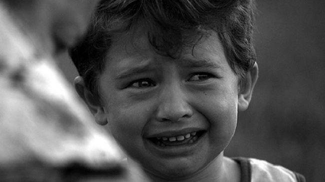 Air mata Selain bertindak sebagai perlindungan selaput lendir mata kita ketika benda asing masuk ke dalam mata, air mata juga berfungsi sebagai alat pertahanan emosional. Para ilmuwan percaya bahwa dalam situasi stres, tubuh menciptakan sumber baru yang kuat dari iritasi untuk mengalihkan perhatian seseorang dari rasa sakit mereka saat ini mengalami.