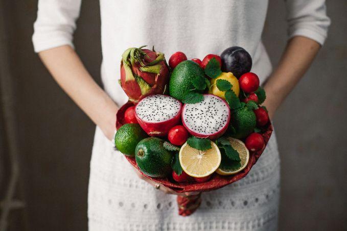 Buket dari buah naga, alpukat, lemon, dan radis.