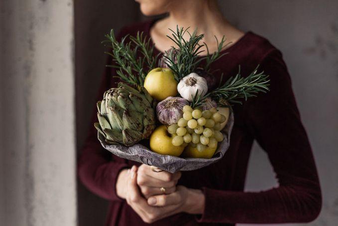 Buket dari artichoke, anggur, apel, bawang putih, dan rosemary.