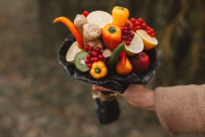 Buket dari paprika, kiwi, jahe, dan guelder rose berries.