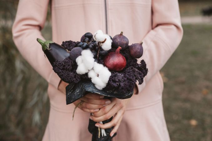 Buket dari kubis ungu, terong, bawang bombay, dan figg.