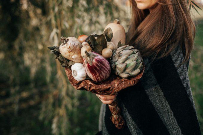 Buket dari artichoke, terong, kentang, radis hitam, dan daun salam.