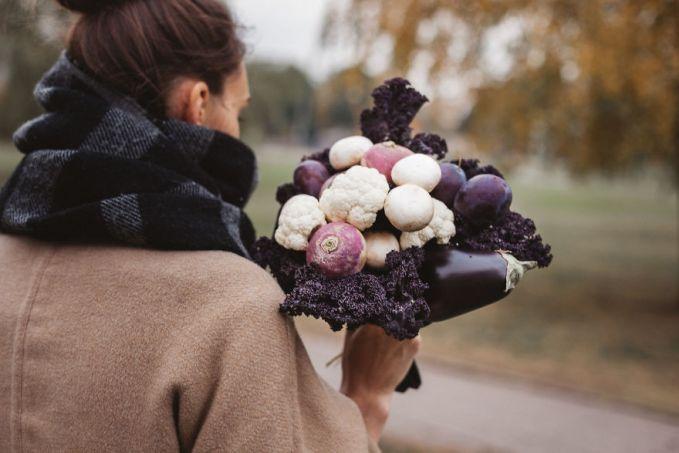 Buket dari kembang kol, terong, jamur, plum, dan radis.