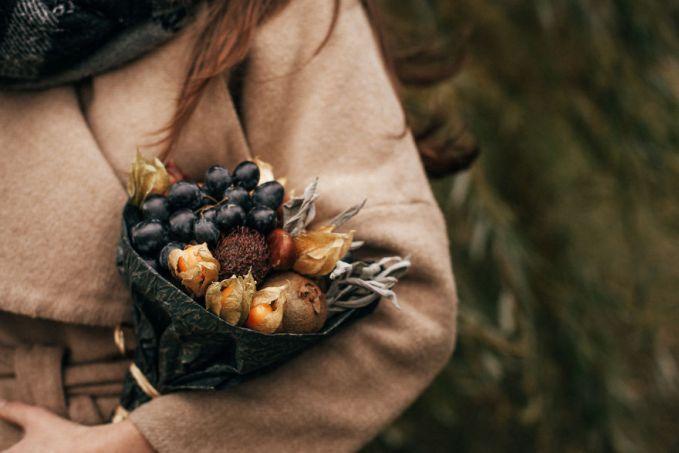 Buket dari anggur, sage, kiwi, chestnut, nephelium, dan physalis. Keren banget ya Pulsker buketnya bisa dimakan atau dibuat bahan masak hihi yuk share ke saudara dan temen kamu yang suka banget sama buket.