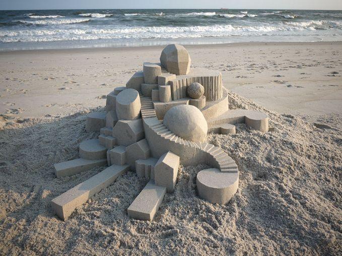 Istana pasir ini bentuknya tidaklah besar ya pulsker kalau dilihat. Tapi hasilnya sangat luar biasa, apalagi susunan tangganya. Rapi banget ya bikinnya.