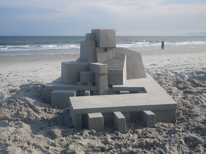 Tak kalah kerennya kreasi pasir pantai ini pulsker. Seperti bangunan yang memiliki banyak ruangan, sepertinya ini mirip sebuah istana atau apa ya pulsker?.