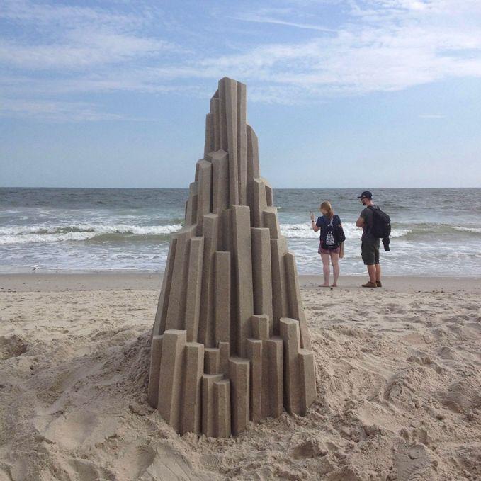 Memang sih sepertinya membuat pasir pantai seperti gedung yang menjulang ini terlihat gampang. Tapi coba deh kalian rasain sendiri gimana susahnya pas bikin pulsker.