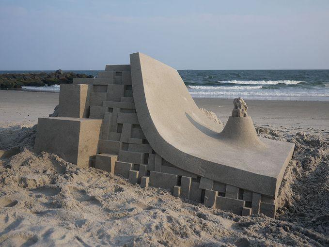 Ini bukan tempat untuk bermain skateboard lho. Tapi replikanya yang lebih kecil, terbuat dari pasir pantai yang super keren.