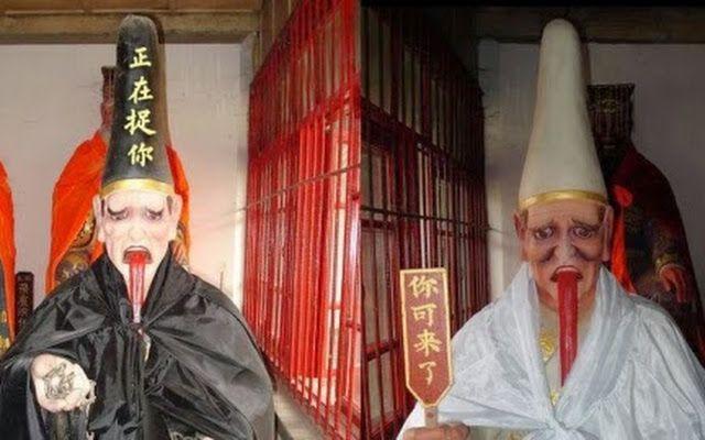 Heibai Wuchang. Kedua sosok ini adalah dua dewa yang bernama Heibai Wuchang, dengan bentuk tubuh satu pendek dan satu lagi tinggi. Keduanya dirantai menjadi satu pada pergelangan kaki mereka. Mereka dipercaya memberi berkah kepada orang baik dan hukuman kepada orang jahat. Kedua dewa ini adalah bawahan Yan Luo Wang atau raja akhirat dalam kepercayaan Taoisme yang bertugas untuk mengawasi perbuatan baik dan buruk manusia di dunia.