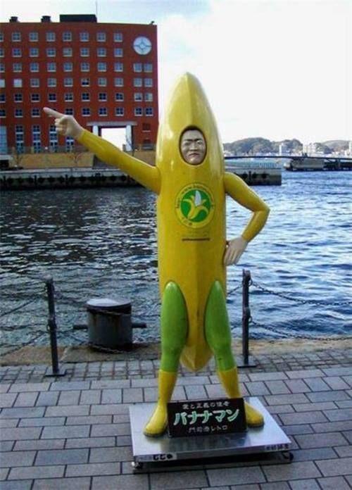 Hayo kira-kira ini manusia atau boneka pisang? Atau manusia yang menyerupai bonek pisang?