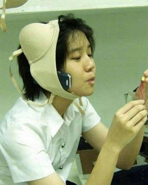 Nah lho, kalau yang ini termasuk orang Jepang yang jenius nggak? Soalnya dia memanfaatkan BHnya untuk menyelipkan handphone saat dia sedang menelepon. Bisa ditiru nih!