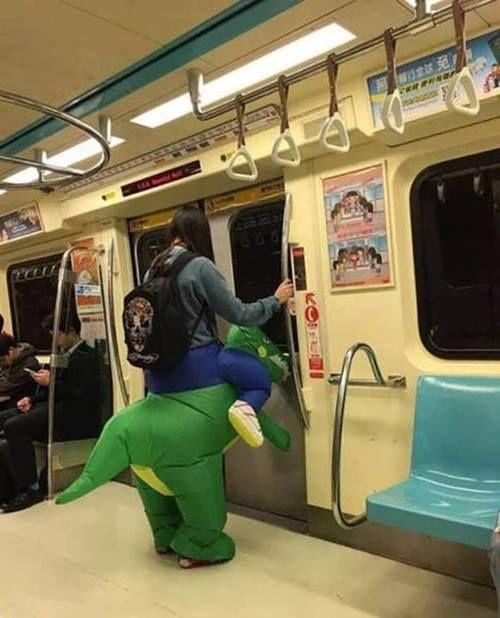 Lho ada ojek Dinosaurus yang menjemput penumpangnya di Subway. Di Indonesia ada nggak ya yang kaya gini?