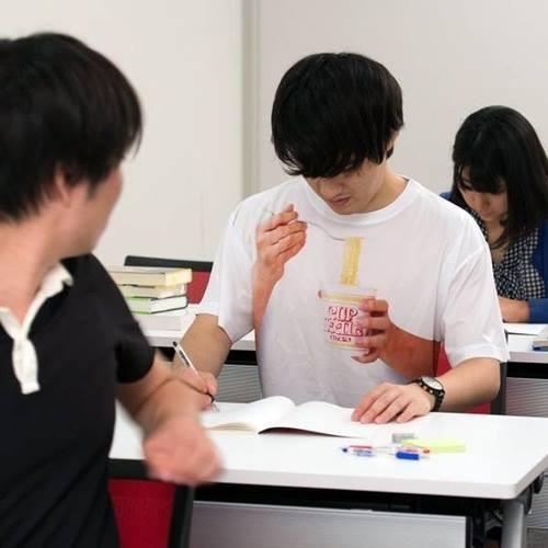 Lagi-lagi kaos kreatif, ada gambar mie dengan tangan yang memegang mangkok mie. Jadi yang memekai jika sedang menunduk seperti sedang memakan mie.