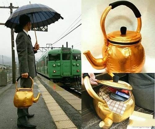 Siapa sangka kalau teko kuning ini bukan berisi Jin, melainkan benda-benda berharga milik pria ini. Ternyata teko itu adalah tas Pulsker. Unik banget ya..