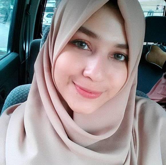 Kadir Pelawak yang juga partner Doyok ini ternyata memili putri yang sangat cantik. Kadir memiliki enam putri yang salah satunya bernama Mona Rizqia. Kecantikan Mona benar-benar membuat Netizen terpana melihat wajahnya mirip orang Arab.