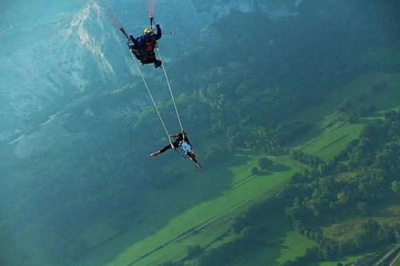 WOW..wanita ini menari dengan bebas diatas ketinggian 260 derajat di ketinggian. Rasanya wanita ini merasa terbang seperti burung. Bedanya ia terbang tidak menggunakan sayap, melainkan dengan bantuan terjun payung.