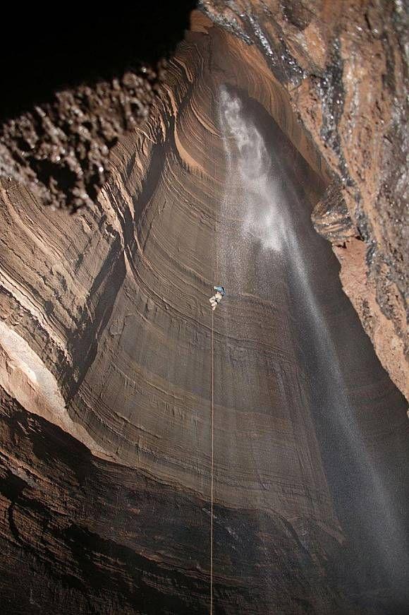Sepintas foto ini hanya foto air terjun biasa, tapi kalau kamu perhatikan lagi, ternyata disana ada orang yang mencoba untuk memanjat air terjun dengan seutas tali. Sepertinya dia menikmati aktifitasnya sambil mendengarkan gemercik air yang terjun dengan alami.