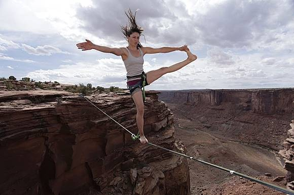 Wow..wanita ini melintasi antar tebing hanya dengan seutas tali. Sangat terlihat pada foto jika letakkan dia berpijak sangatlah tinggi. Salut banget deh!
