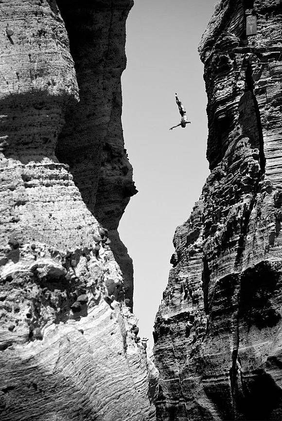 Ada lagi nih yang menantang nyalinya dengan terjun bebas diantara dua tebing yang tinggi. Istimewanya, dia terjun tanpa alat pengamanan.