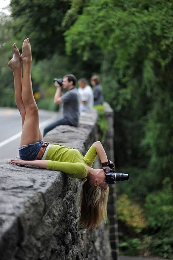 Nah, ini baru yang namanya antimainstream. Kalau cuma mengambil foto dengan kamera sih biasa aja. Tapi wanita ini mengambil foto dipinggiran jembatan sambil menggunakan gaya bebas. Jarang-jarang ada fotografer kaya gini Pulsker.