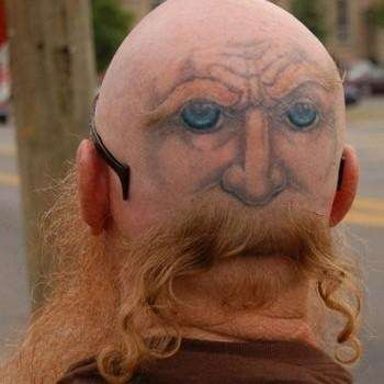 Jangan terkecoh dengan tato yang satu ini ya pulsker?. Wajah asli pria ini adalah yang bagian depan. Yang kalian lihat ini adalah kepala bagian belakangnya yang ditato sedemikian rupa dengan potongan rambut seperti itu.