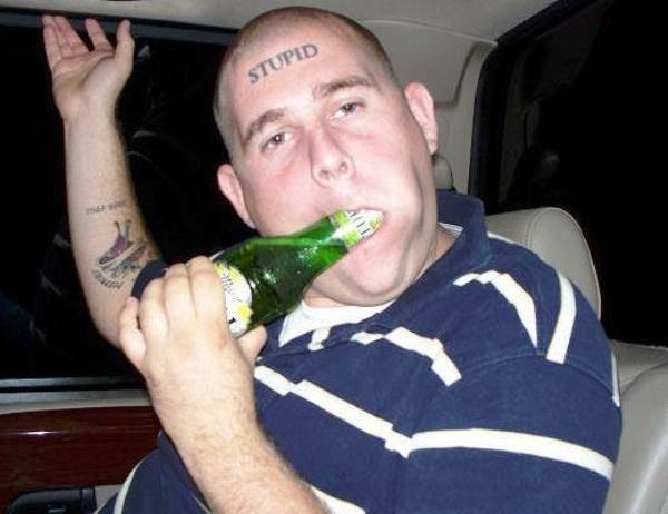 Kalau tato yang ini simpel tapi gokil juga ya pulsker. Benar-benar mental baja nih orang bikin tato hanya bertuliskan kata 'stupid' di jidatnya.