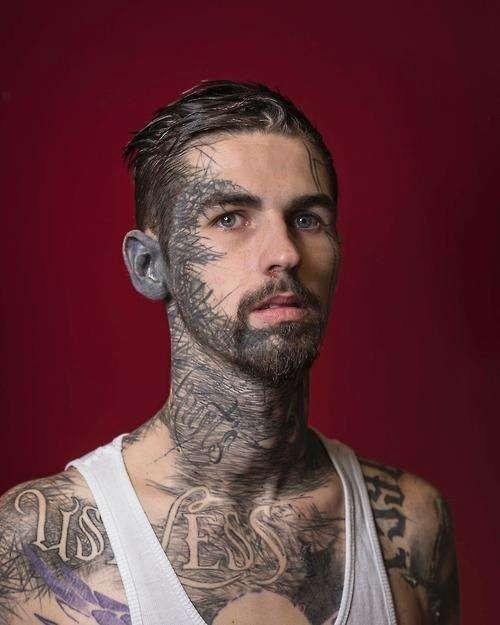 Gak kebayang pulsker gimana rasanya ya pas proses bikin tato orang ini?. Sampai leher dan sebagian wajahnya tertutup tato yang seolah mirip coretan. Pasti sakit banget ya.