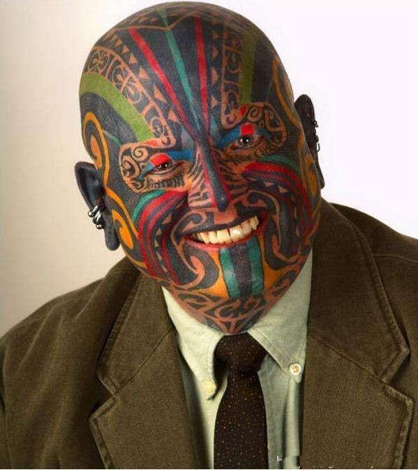 Pria ini benar-benar ekstrim tatonya ya pulsker. Dia bukan memakai topeng lho, tatonya saja yang mirip topeng. Ini gimana ya kalau ketemu sama klien saat di kantor, pasti bakalan kaget setengah mati. Tuh lihat saja bajunya udah necis siap bertemu klien.