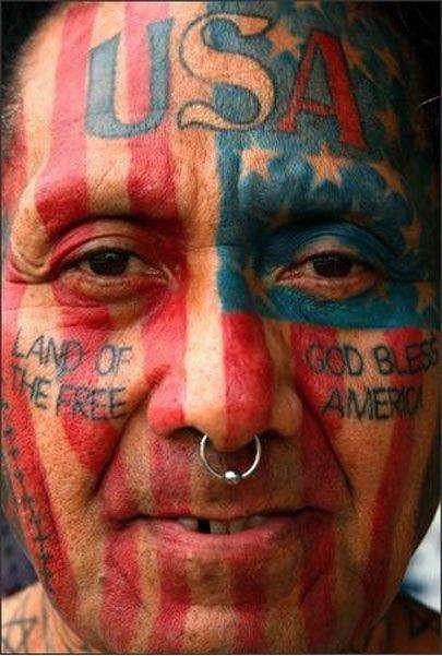 Nasionalisme dan cinta tanah air bisa diekspresikan lewat apa saja ya pulsker. Termasuk lewat sebuah tato di wajah seperti yang dilakukan pria ini.