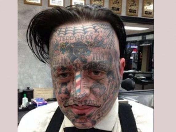 Begitu juga dengan pria yang satu ini nih pulsker. Dia mencoba tampil beda dengan mentato wajahnya seperti ini.