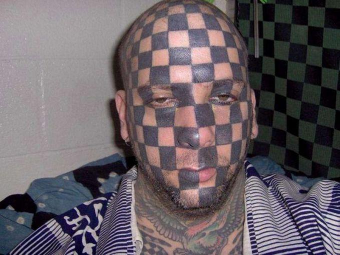 Ini baru tato super gokil pulsker. Bisa buat main catur juga nih, tinggal pasang pion-pionnya lalu mainkan.