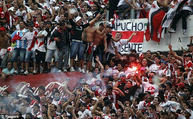 """Supporter paling ditakuti pertama datang dari Amerika Latin pulsker, yakni supporter River Plate. Peristiwa mencekam River Plate adalah saat melawan Boca Juniors pada ajang Torneo Apertura, 9 November 2003 silam. Dalam laga tersebut, kesebelasan tuan rumah kalah dua gol tanpa balas. Keesokan harinya, dua pendukung Boca Juniors ditemukan tewas. Pelakunya diduga adalah anggota Los Borrachos del Tablon, kelompok suporter garis keras River Plate, karena bersama dua jenazah tersebut ditemukan pesan bertuliskan """"Boca 2, River Plate 2."""""""