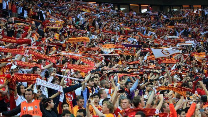 "Para pendukung Galatasaray tidak main-main pulsker saat mereka menyambut kesebelasan lawan, dengan spanduk besar bertuliskan ""selamat datang di neraka"". Menjelang semifinal Piala UEFA tahun 2000 antara Galatasaray dengan Leeds United, dua pendukung Leeds tewas ditusuk oleh anggota dari kelompok pendukung garis keras Galatasaray. Dengan lolosnya Arsenal ke final untuk berhadapan dengan Galatasaray, para hooligan Inggris bersatu untuk melancarkan balas dendam di Kopenhagen, Denmark. Kerusuhan berlangsung selama dua hari dan memakan korban 4 tewas, 15 luka-luka lho."