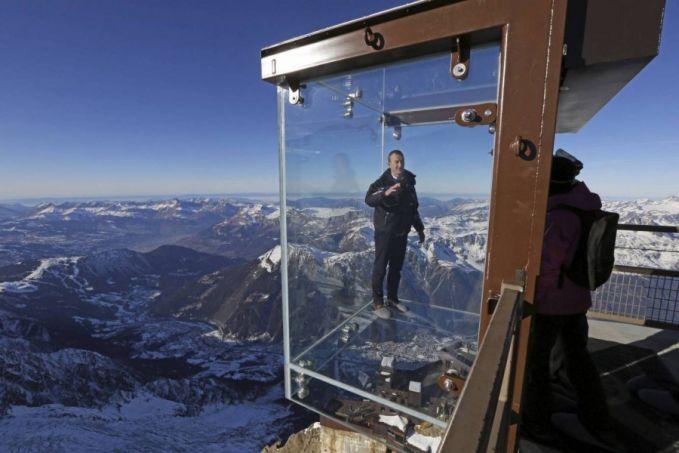 Dari ketinggian 1463 Mdpl, kamu bisa menikmati deretan pegunungan Alpen yang indah banget di Monte Blanco. Sambil merasakan dinginnya udara pegunungan, kamu serasa melayang diudara tanpa menggunakan sayap.