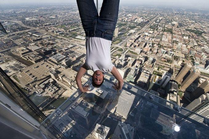 Tempat ini namanya Skydeck Willis Tower yang terletak di Chicago Pulsker. Dari atas sini kamu bisa melihat betapa indahnya kota Chicago dari lantai 103. Keren!