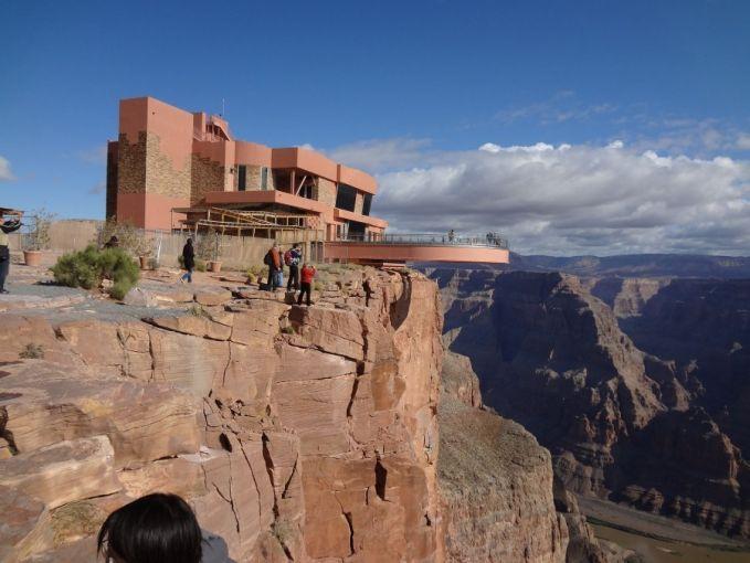 Pernah dengar Grand Canyon kan? Ya, dari Grand Canyon Skywalk, kamu bisa melihat betapa menakjubkannya pemandangan di Grand Canyon dari ketinggian 1220 Mdpl.