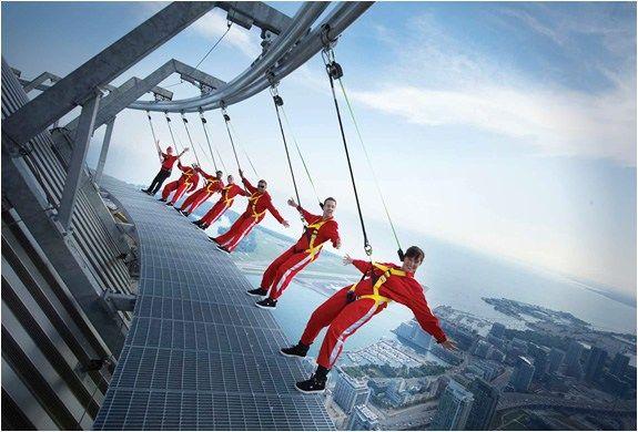 Wah..bisa bayangin nggak kalau kamu harus berjalan menggantung diatas ketinggian kaya gini? Letakkany di Kanada Pulsker, nama tempat ini adalah CN Tower Toronto. Ini adalah menara yang berada di gedung tertinggi di dunia. Tingginya mencapai 553 meter Pulsker!