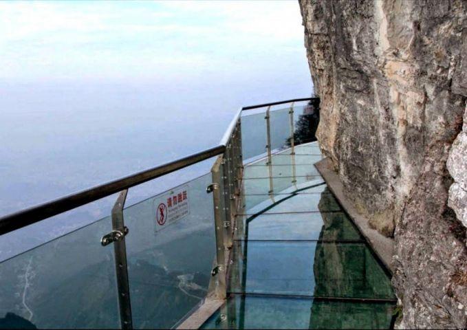 Berjalan diatas kaca dan berada di ketinggian 1430 Mdpl cuma bisa kamu rasakan di Walk of Faith, China.