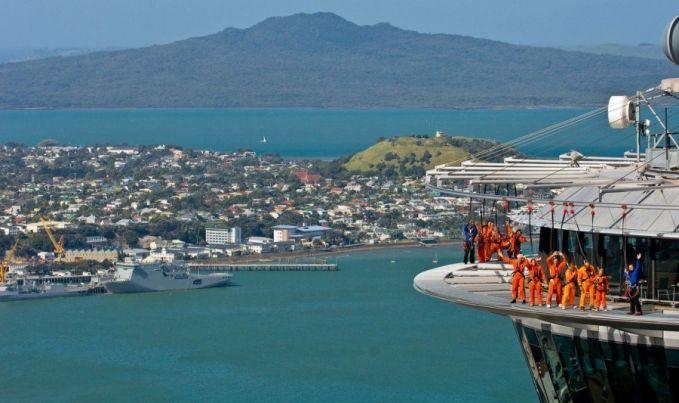 Bangunan tinggi yang menyajikan pemandangan alam dan memacu adrenalin lagi musim banget berjalan diatas kaca Pulsker. Hal ini juga bisa kamu rasakan di Sky Tower Auckland, Selandia Baru. Buruan bberangkat kesana deh Pulsker.