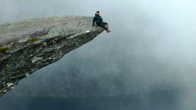 Bisa bayangin nggak kamu ada diujung tebing kaya gini Pulsker?? Yang kaya gini cuma bisa kamu rasakan di Trolltunga Cliff, Norwegia.